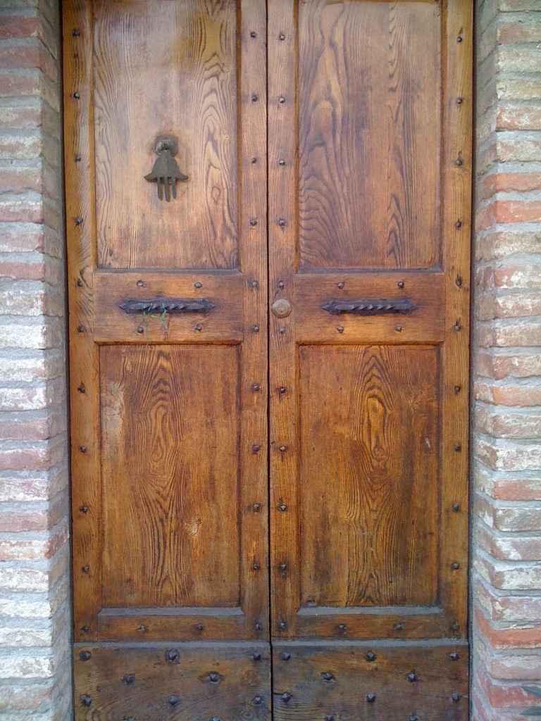Дверные блоки из цельной древесины.