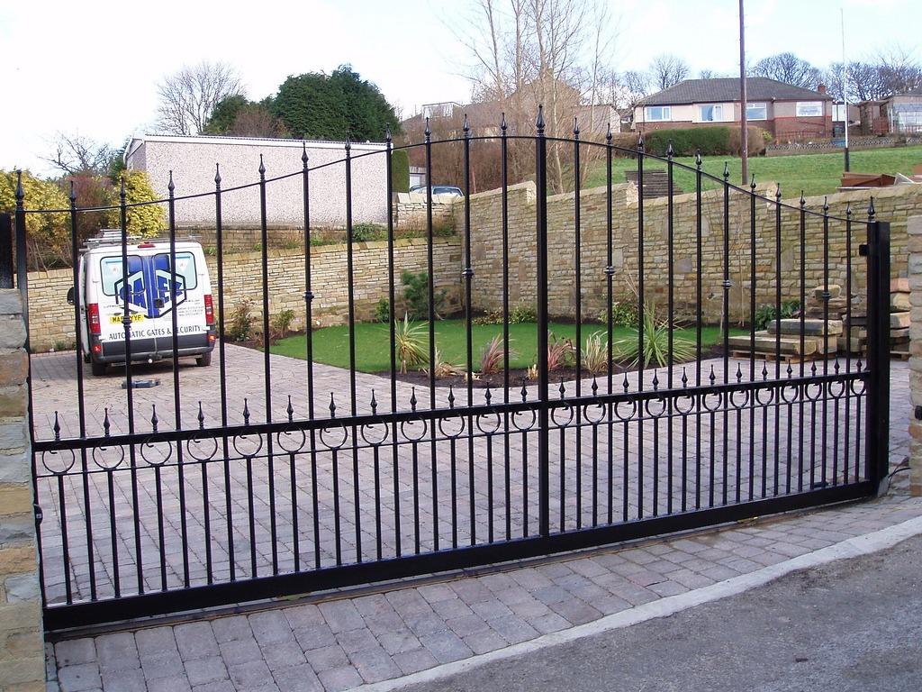 Фотография сдвижных кованных ворот