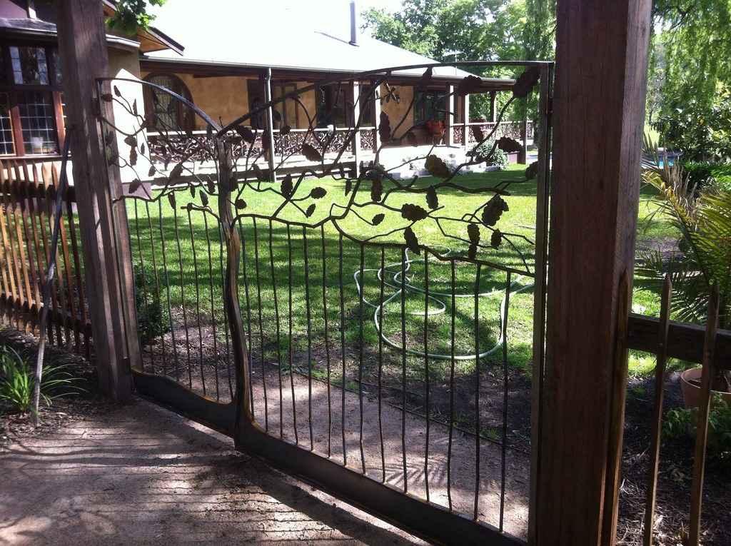 Пример красивых кованных ворот в недорогом исполнение