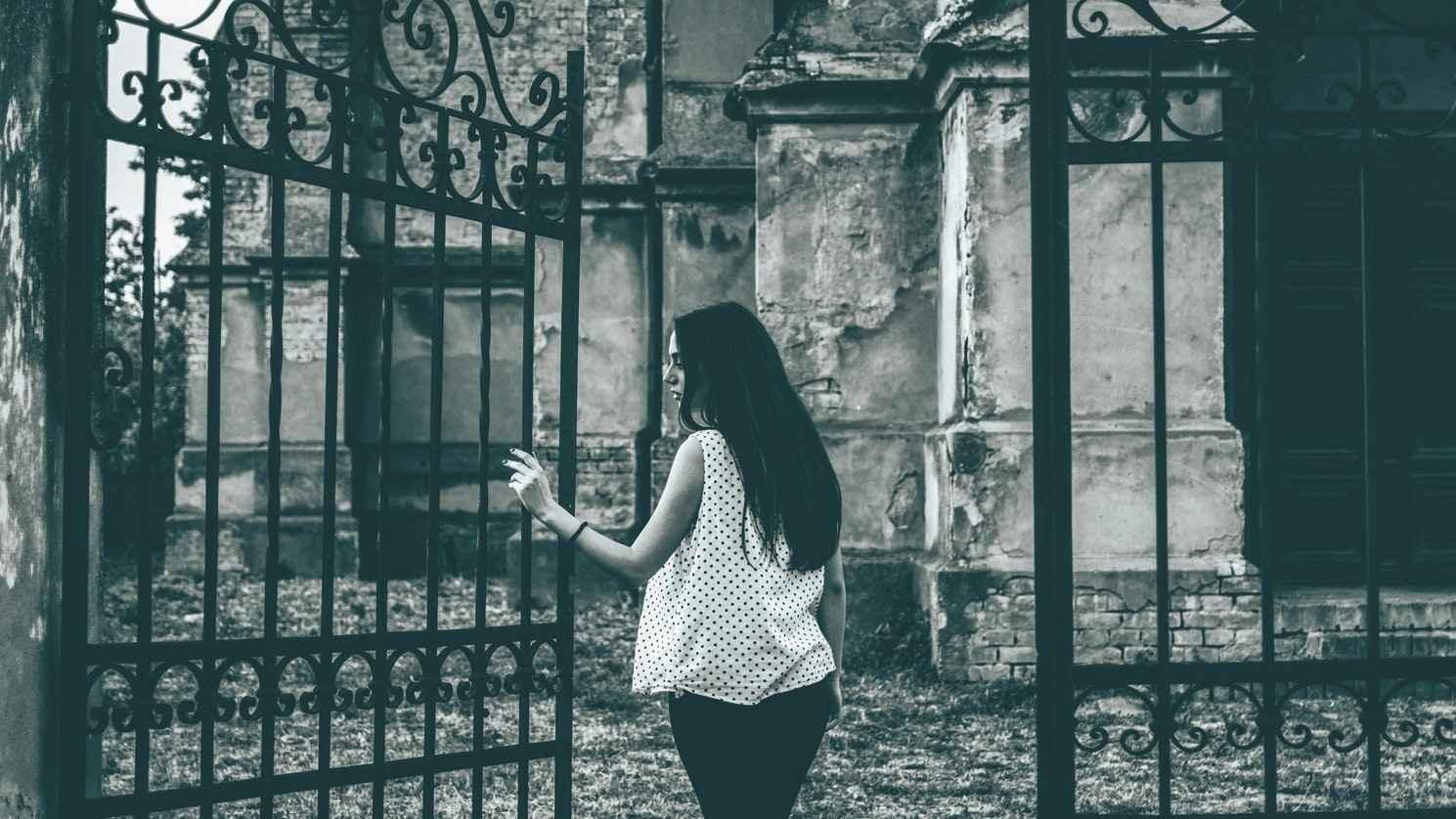 Ворота с кованными элементами фотография | Девушка на фоне