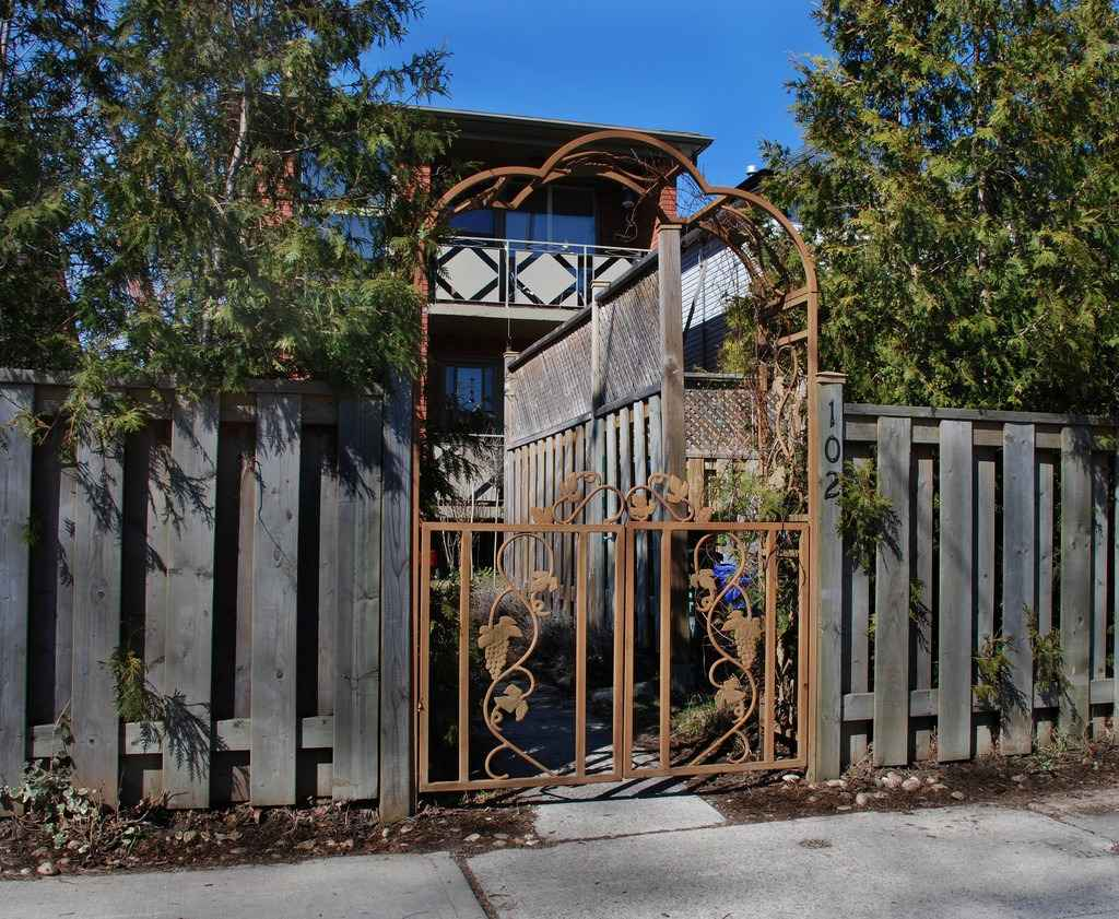 Железная калитка в частном доме и на даче