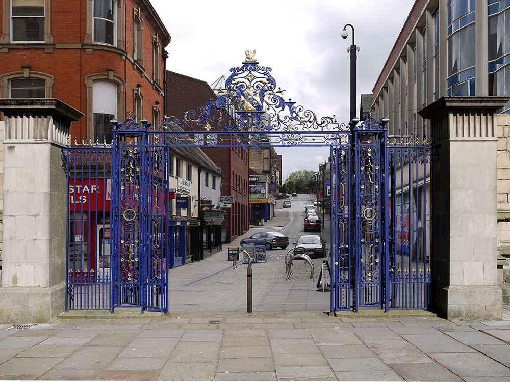 Железные ворота в городе