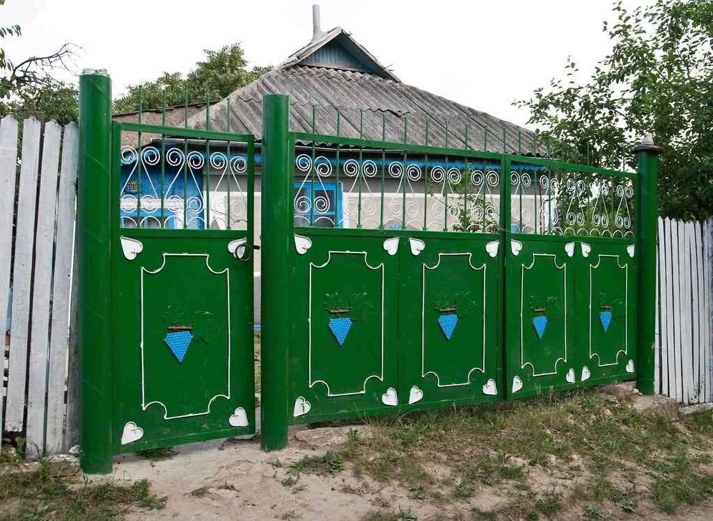 Самодельные ворота из металла в деревне