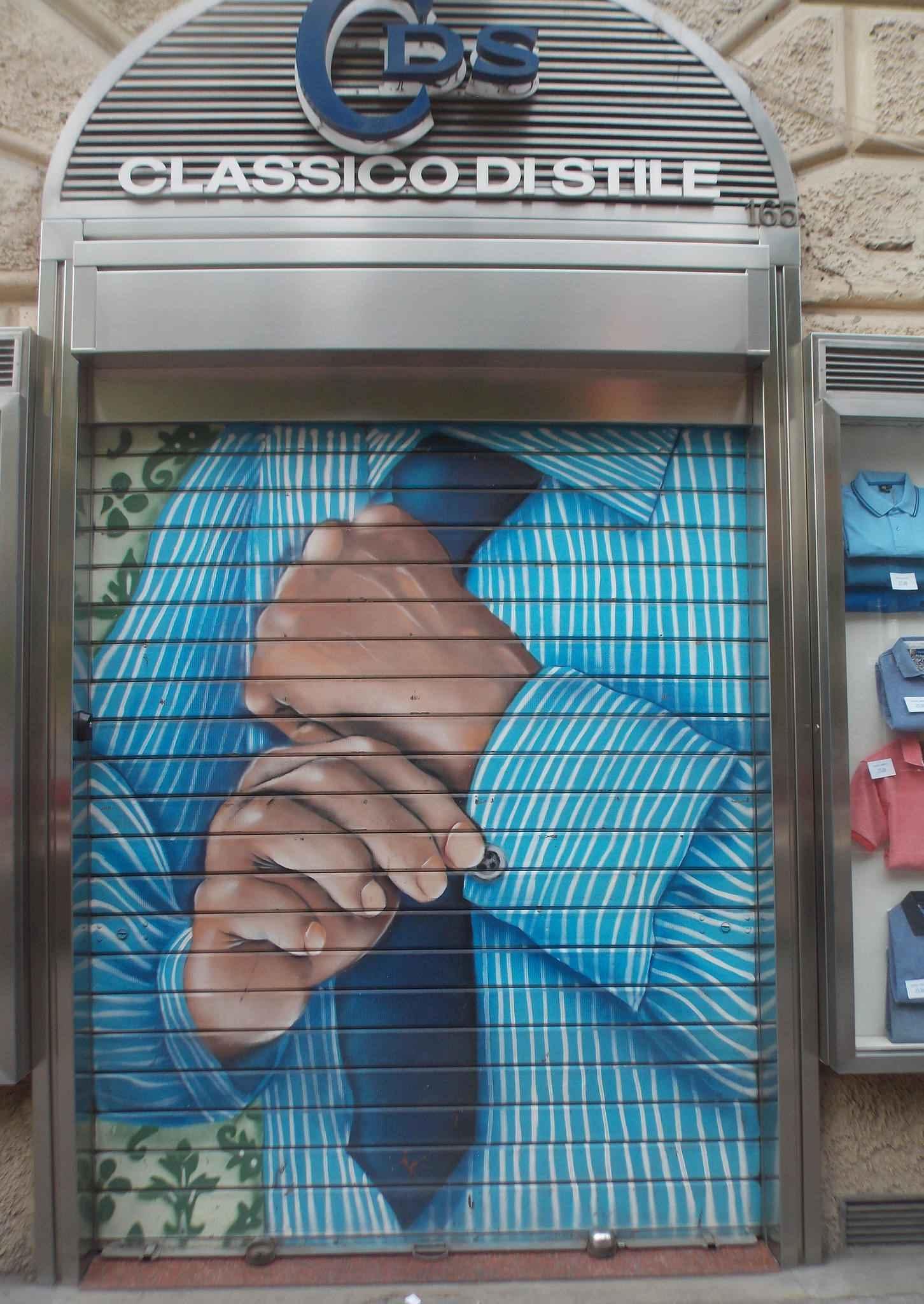 Граффити на рулонных воротах в городе