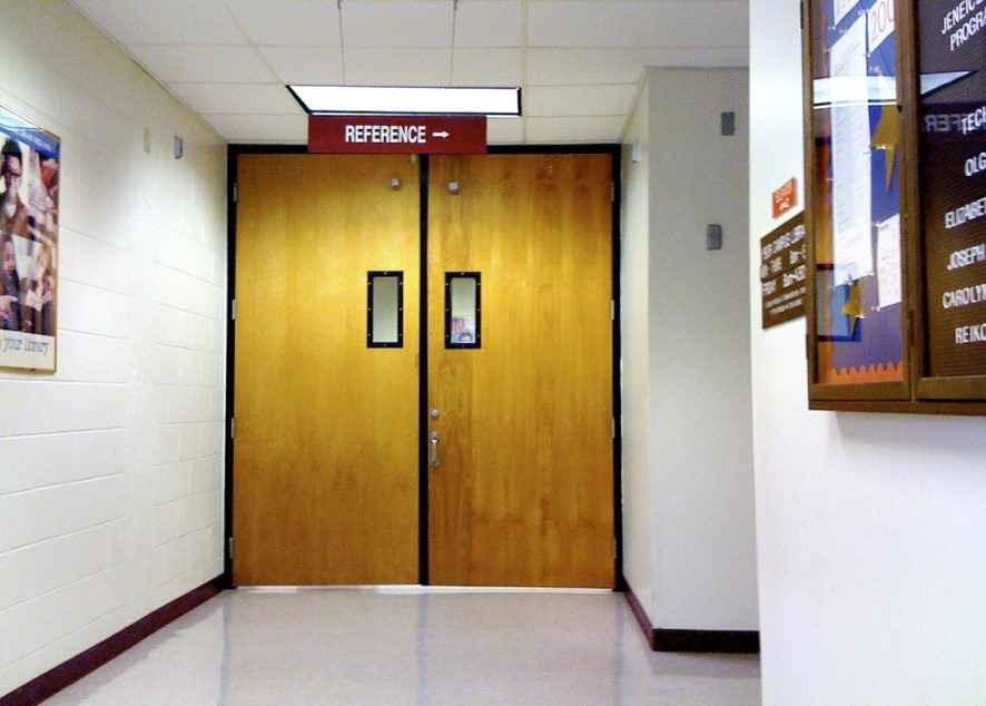 Противопожарная дверь в общественном месте