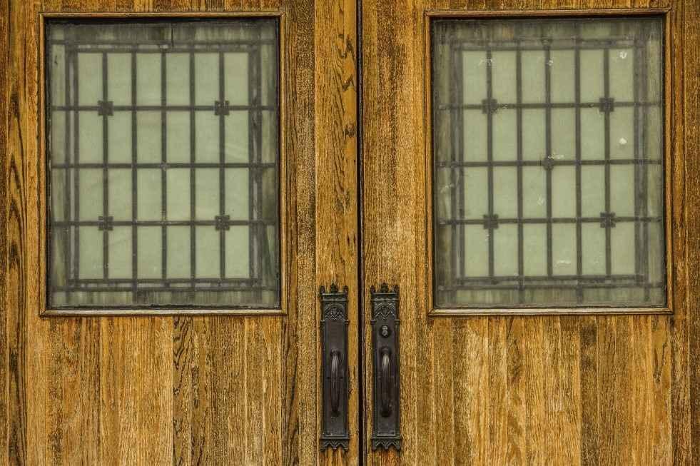 Массив в качестве материала для входных дверей
