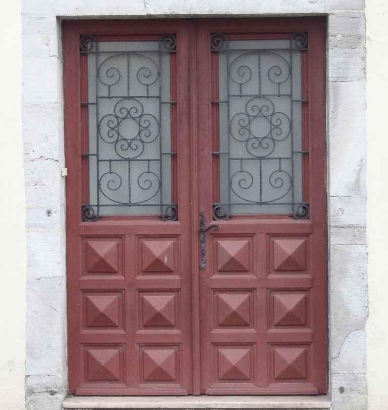 Входная дверь в частный загородный дом