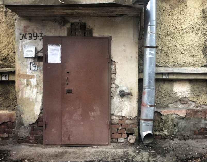 Особенности и оснащение дверей в подьезд многоэтажного дома