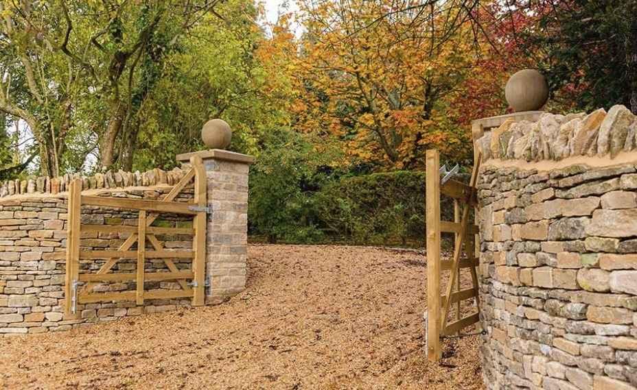 Ворота распашного типа из дерева на участке