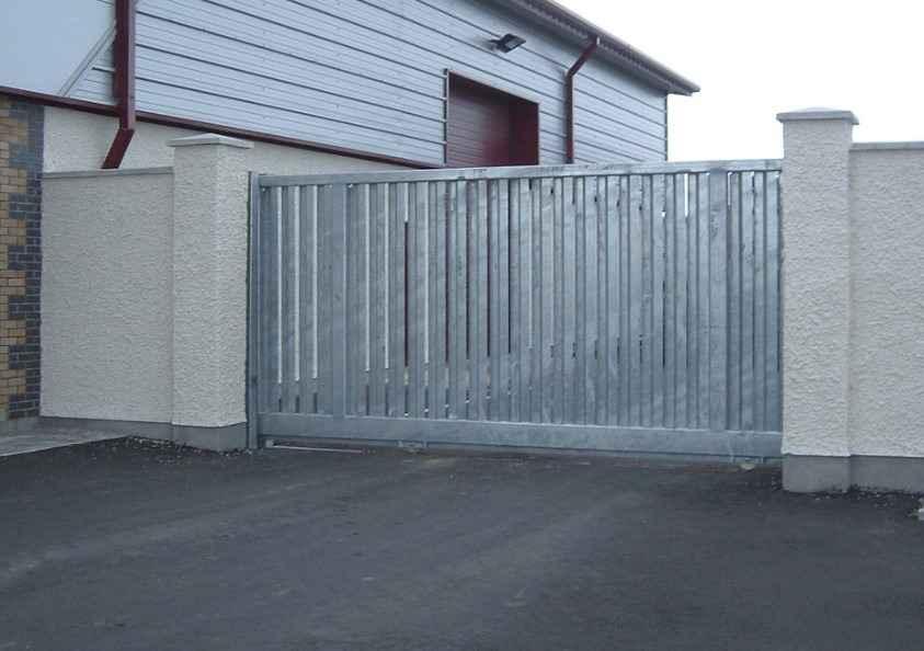 Сдвижные металлические ворота на участке