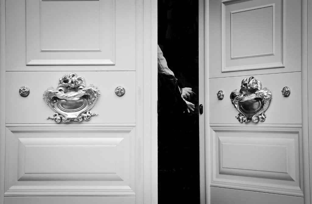 Белая глянцевая дверь