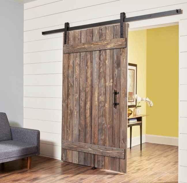 Амбарные двери в декорации дома