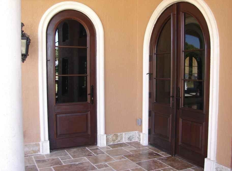 Деревянная дверь в тамбуре квартиры