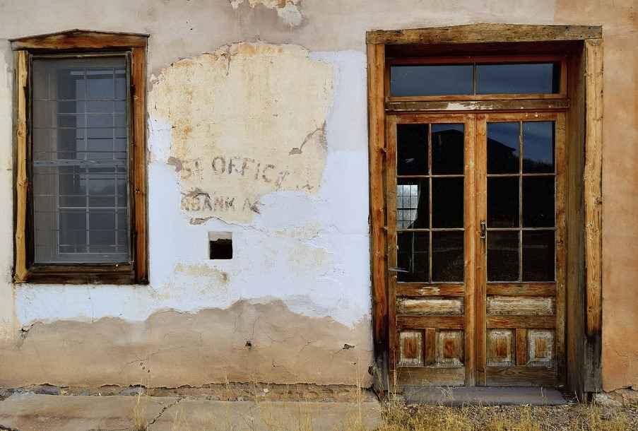 Входная деревянная дверь в доме