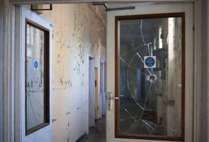 Разбитая вставка стекла в межкомнатной двери