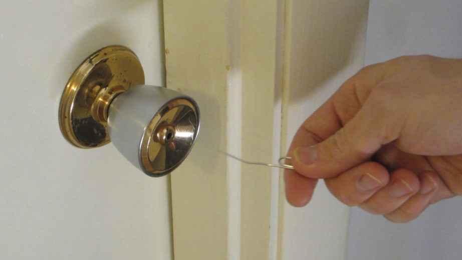 Как открыть межкомнатную дверь, если она захлопнулась