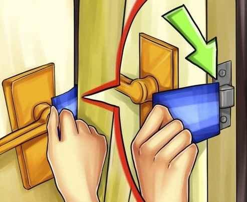 Открыть замок пластиковой картой
