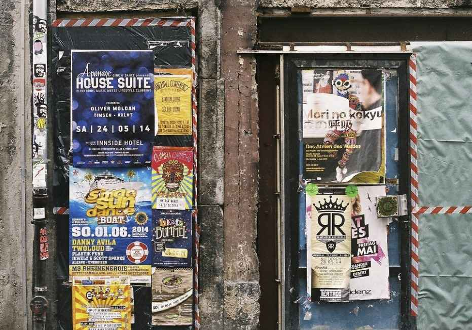 Рекламные наклейки на двери улицы