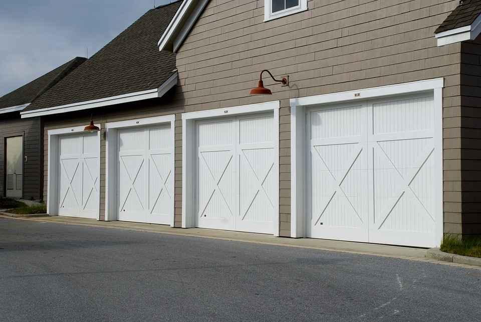 Ворота в большой гараж белого цвета