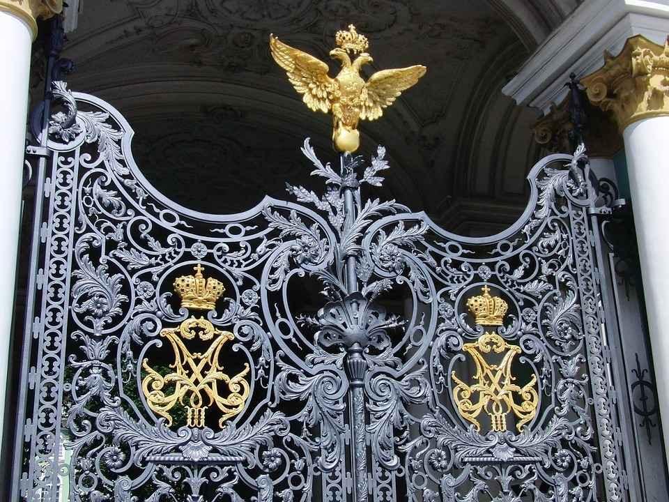 Красивые кованные ворота с золотым орлом