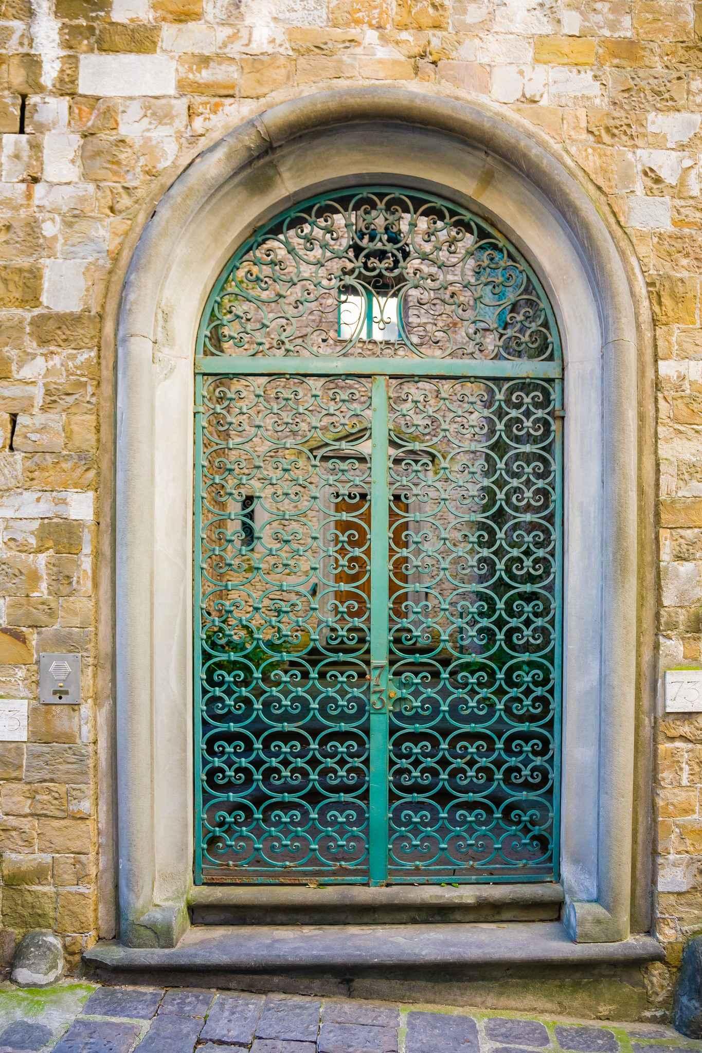 Входная кованная металлическая дверь