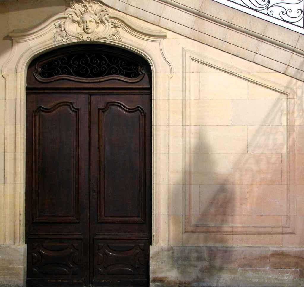 Входные уличные металлические двери для загородного строения