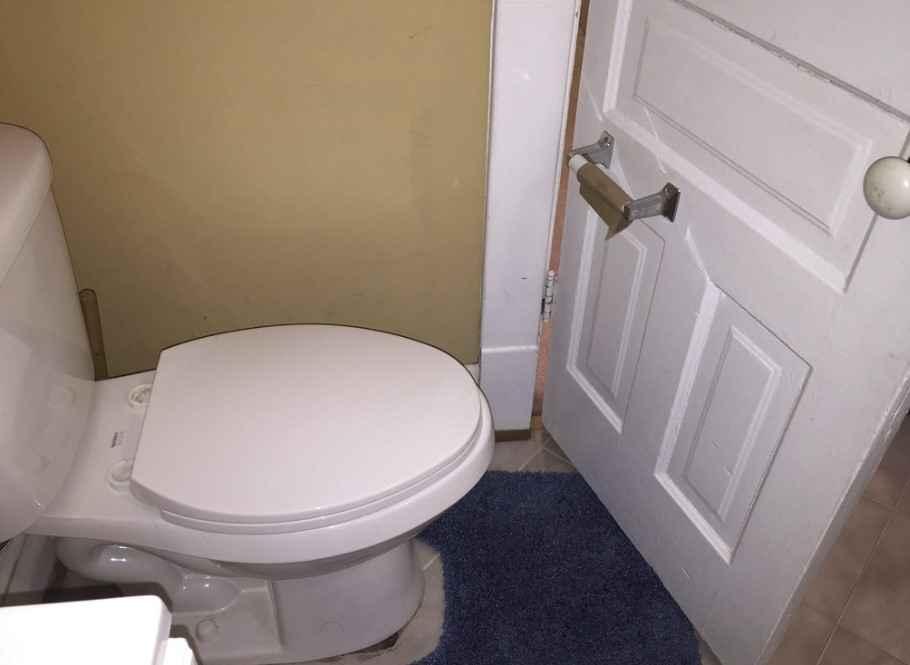 Дверь в туалете с держателем для туалетной бумаги