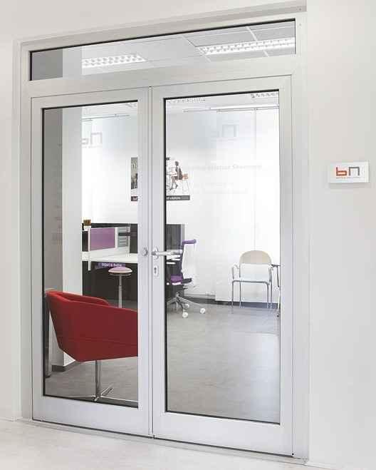 Дверь в офисе межкомнатная со стеклом