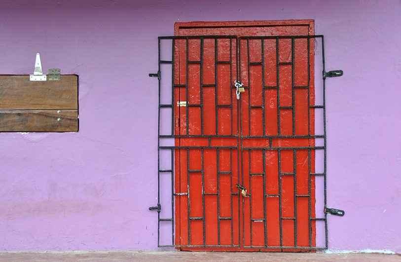 Металлическая решетка на входной двери
