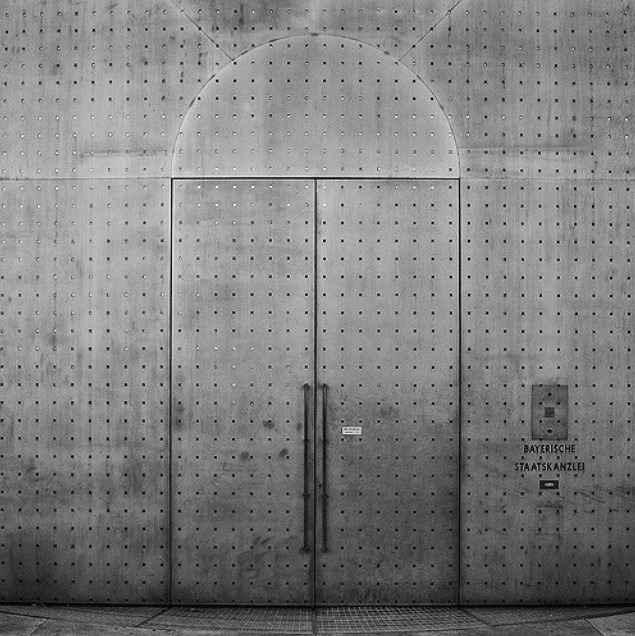 Железная двухстворчатая дверь