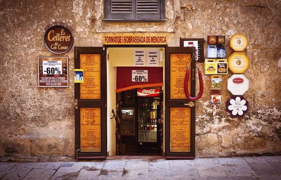 Испанская дверь в магазине