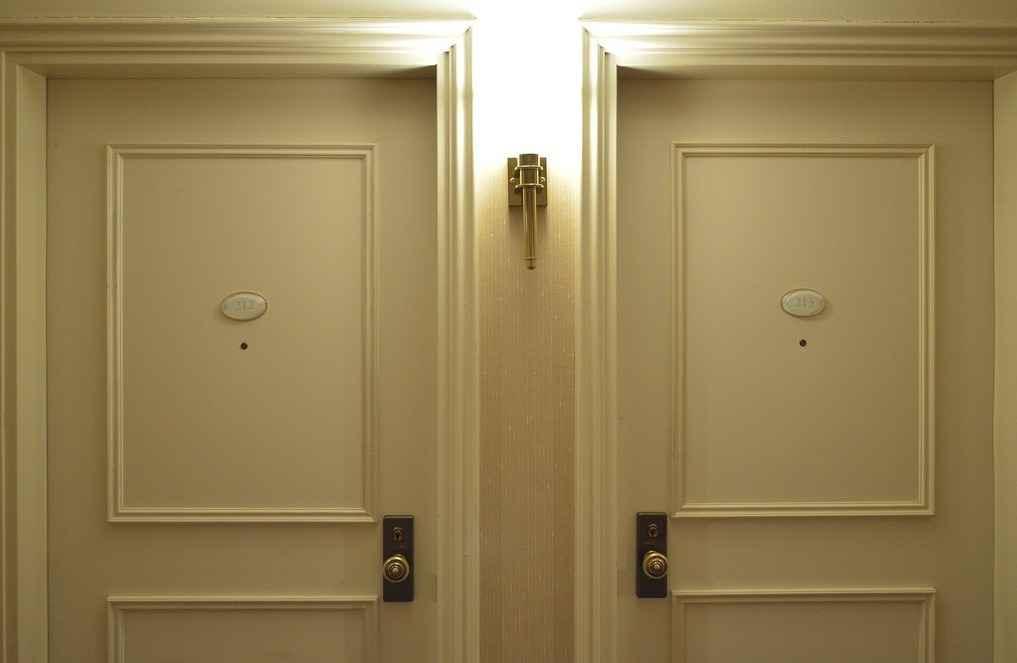 Двери в отеле