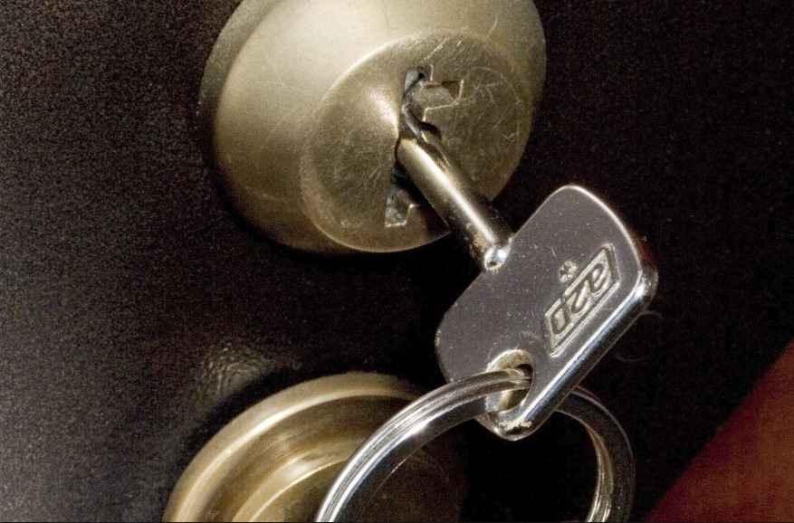 Ключ торчит с другой стороны замочной скважины.