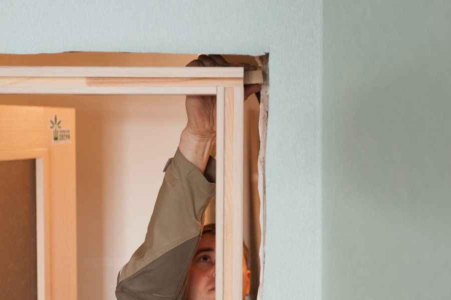 Ремонт помещения является довольно важным мероприятием, где исключительно соблюдение последовательности работ, даст ожидаемый результат. Прежде, как установить межкомнатные двери, стоит рассмотреть все используемые элементы в отделке и саму дверную конструкцию, дабы снизить объем заминок в процессе.