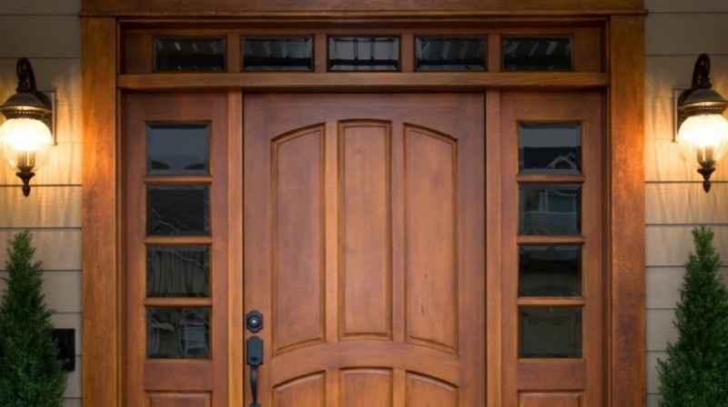 Какие деревянные входные двери подойдут для квартиры