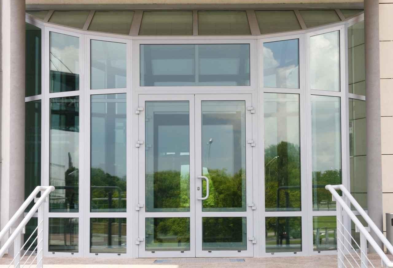 Технологии современного дверного производственного рынка предлагают множество вариантов конструкций, где при изготовлении используется совершенно разный материал. Наибольшим показателем востребованности в последнее время являются пластиковые блоки перекрытий проемов.