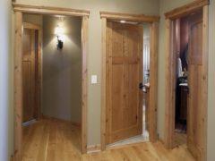 Преимущества межкомнатных дверей из натурального массива ольхи