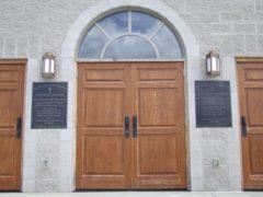 Межкомнатные двери из массива: фото в интерьере