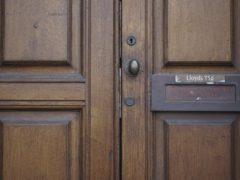 Двери из массива древесины: недорогие перекрытия