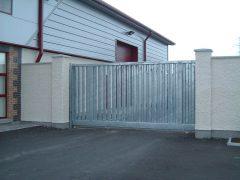 Ворота откатного типа с электроприводом: комфортная система ограждения