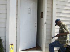 Как правильно установить дверь своими руками: особенности монтажа