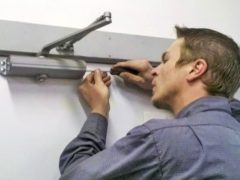 4 видео про способы изготовления дверного доводчика своими руками