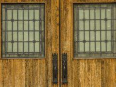 Массив в качестве материала для входных дверей: особенности