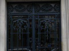 Различные вариации дверей с решётками