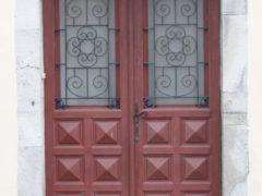 Входная дверь в частный загородный дом: важная составляющая жилища