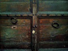 Правильный выбор входных железных дверей