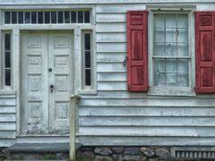 Какие двери подойдут для дачи
