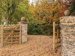 Ворота распашного типа: простота и удобство использования