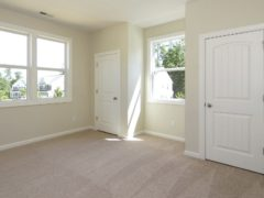 Недорогие варианты белых дверей в интерьере