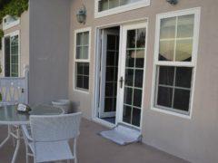 Балконные входные двери со стеклопакетом: особенности применения